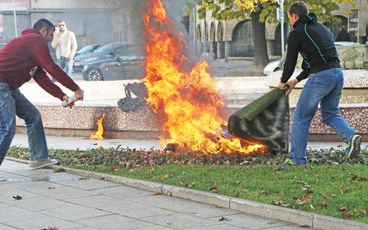 извъжена-се-самозапали-пред-президентството-17782.jpg