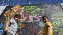 деца-изрисуваха-оградата-на-бежанския-лагер-в-харманли-49738.jpg