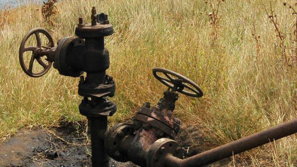 Теч на нефт замърсява земята край Кнежа