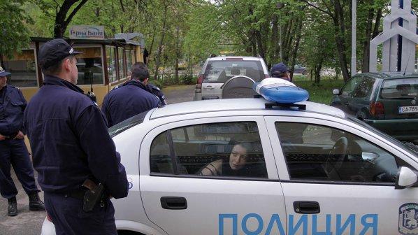 Полицаи задържаха двама за отвличане и побой