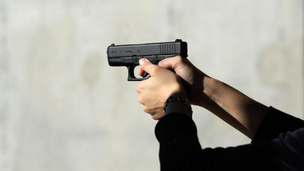Руснак си забрави пистолета в тоалетната