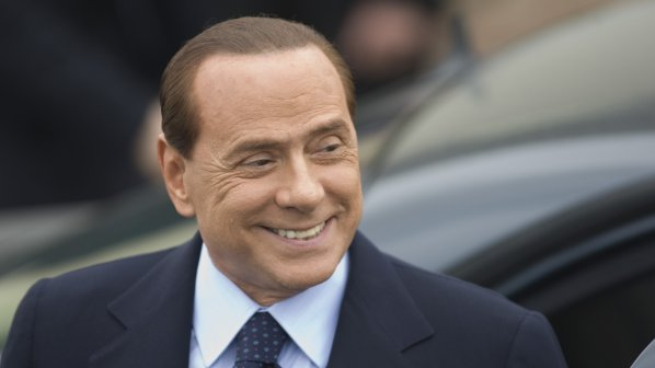 Правителството на Берлускони оцеля