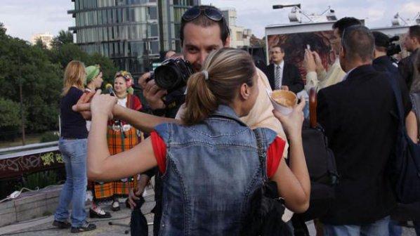 Галя нападна фотограф