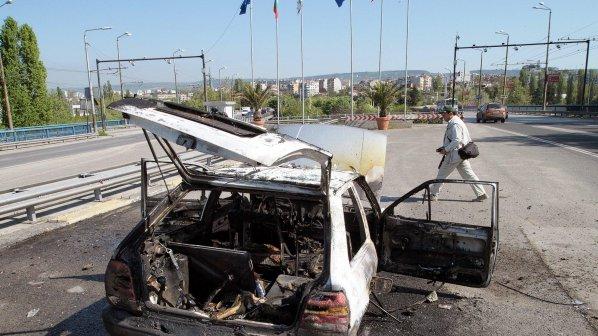 Кола изгоря като факла след челен удар