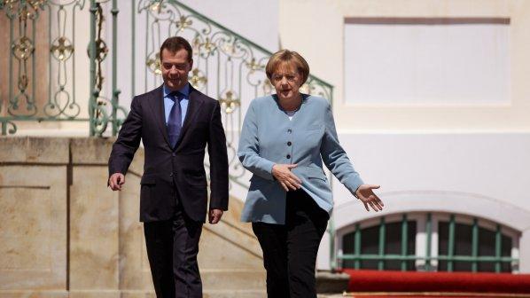 Медведев и Меркел няма да напускат голямата политика