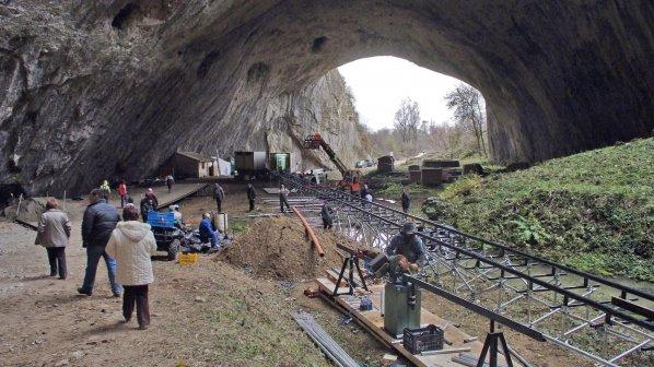 """""""Непобедимите"""" влизат до дни в Деветашката пещера (снимки)"""