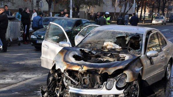 """""""Мерцедес"""" пламна при катастрофа пред ловешко училище (снимки)"""