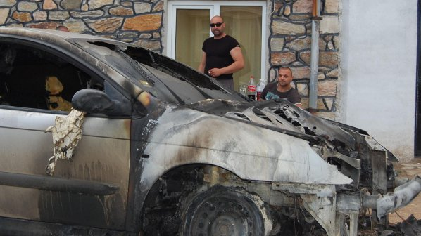 Подпалиха колата на бизнесмен от Смирненци (снимки)