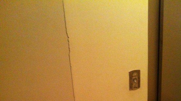 Напукани мазилки и паднали комини след земетресенията (снимки)