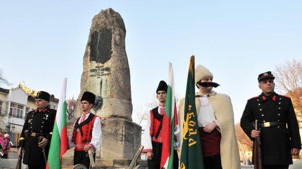 Ловеч се поклони пред паметника на войводата Тодор Кирков (снимки)