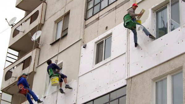Министър Захариева призова българите да санират жилищата си