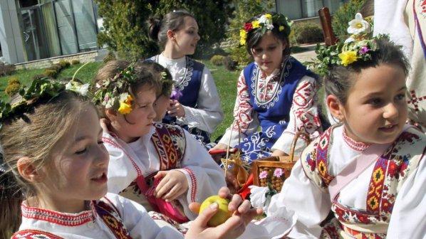 Лазарки агитаторки плъзнаха в Бургас
