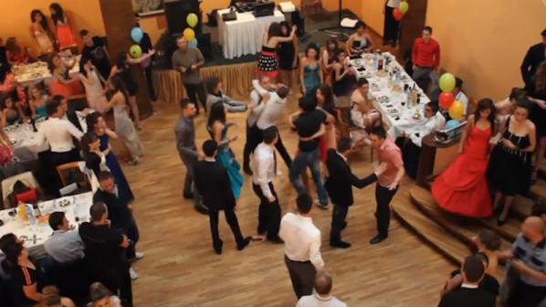 Абитуриенти и абитуриентки от банковата гимназия в масово меле на бала си (видео)