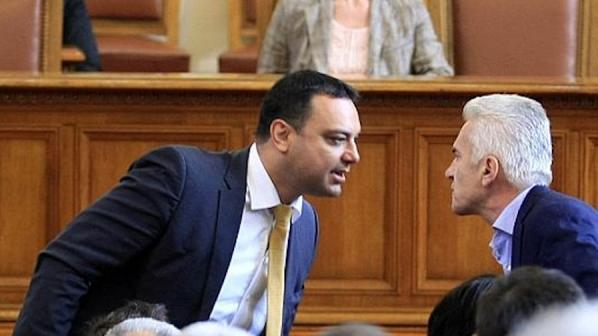Див скандал в НС! Сидеров и Московски на косъм от бой (видео)