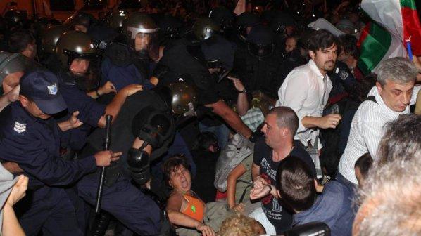 На 40-я ден: Парламентът под обсада, полицията бие с палки, има ранени (галерия + видео)