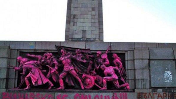 Боядисаха паметника на Съветската армия заради Пражката пролет (галерия)