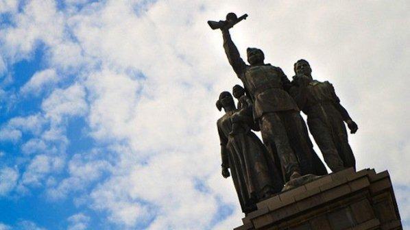 Плочки от паметника на Съветската армия паднаха на метри от деца