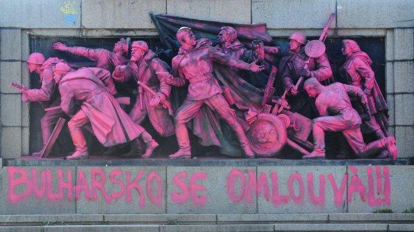 Русия ни скочи заради розовата Съветска армия
