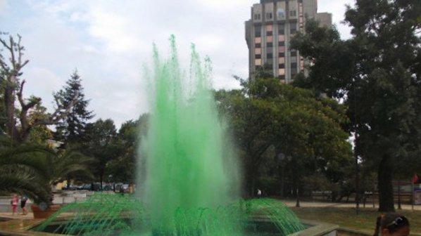 Фонтанът на Червения площад във Варна бликна в зелено
