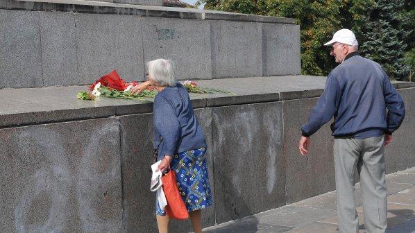 Комунисти положиха цветя пред паметника на Съветската армия (снимки)