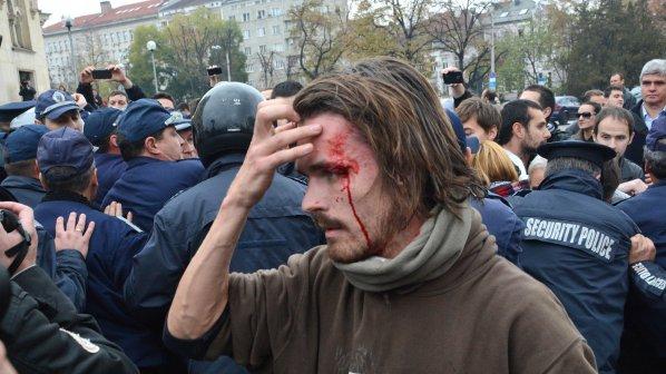 Полицаи бият студенти пред НС (галерия+видео)
