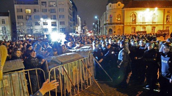 Полицията изтласква протестиращите пред парламента! Сблъсъците продължават! Има пострадали журналист