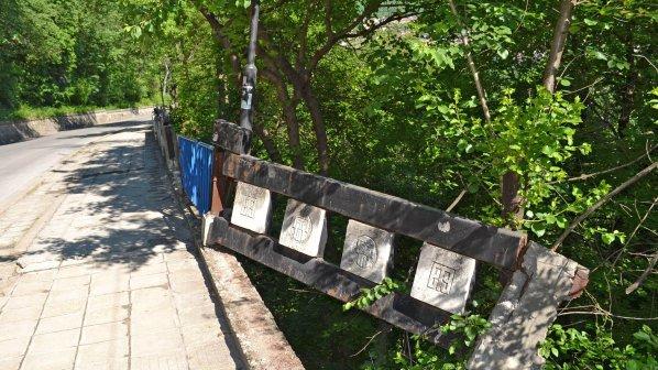 Задигнаха парапет от мост над река Катунешка