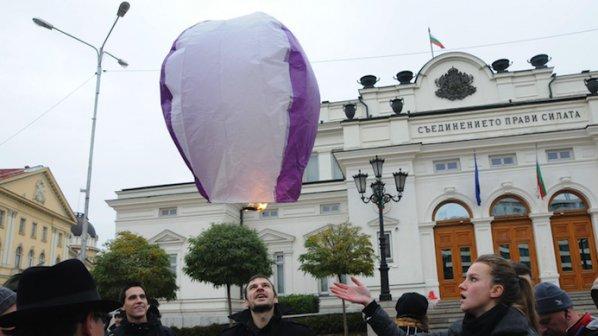 """Фенери """"Оставка"""" полетяха над Народното събрание (снимки)"""