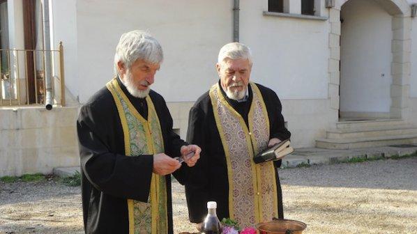Отец Димитър от Видин освещава металотърсачи на иманяри