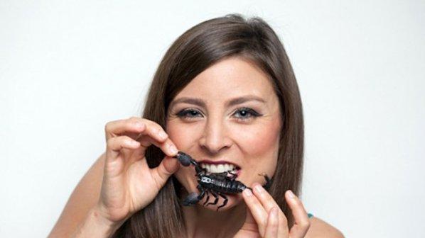 Жена се храни с гъсеници и скакалци