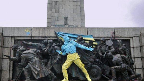 Би Би Си с топ новина за боядисания паметник на Съветската армия в София (снимки)