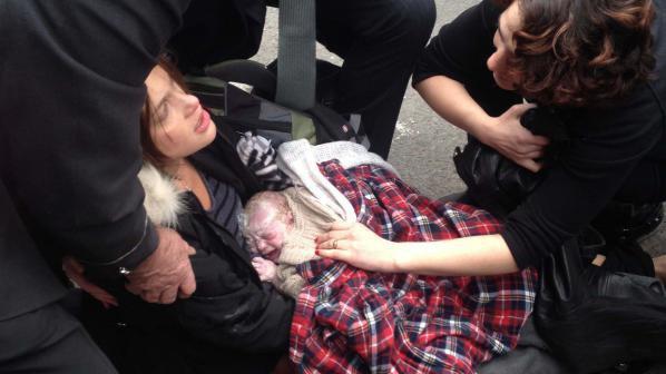 Нюйоркчанка роди на улицата, кръсти детето си на непозната (снимки)