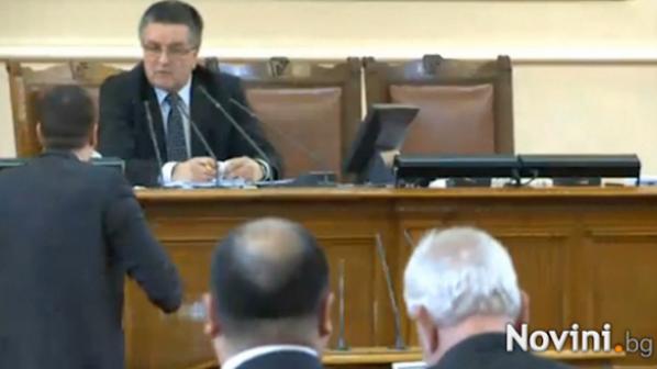 Скандал в НС! Депутат от ДПС изгонен заради освирквания и неприличeн жест (видео)