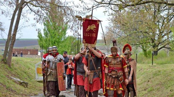 Воини в римски доспехи показаха бойни изкуства отпреди 2000 г. (снимки)