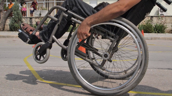 Дариха инвалидни колички на болница срещу събрани капачки