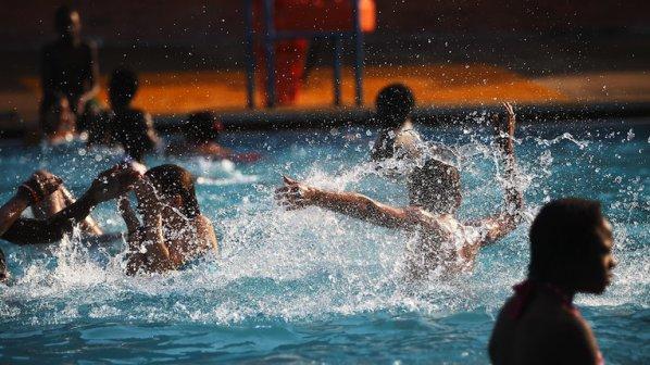 Помолиха британските туристи да не ходят по голяма нужда в басейните
