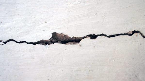 Как да отстраним големи пукнатини в стената