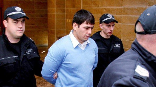 Майката на Лазар Колев опитва да вкара в затвора ривотрил, задържат я