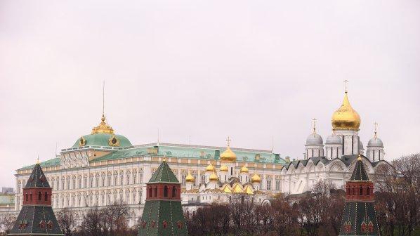 Кремъл лъска имиджа си в чужбина и затяга гайките в Русия