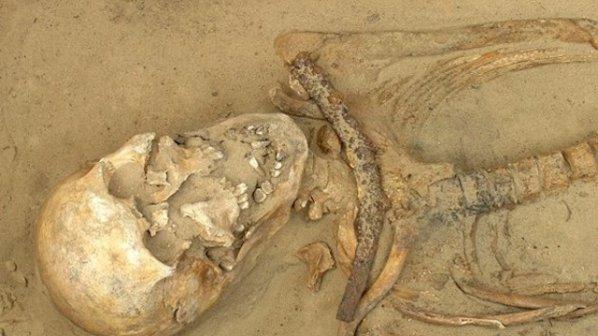 """Учените разгадаха произхода на """"вампирите"""" с камъни в гърлото и сърп на шията"""