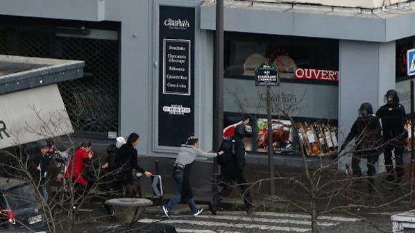 Нови кадри показват атаката на терористите в Париж (видео)