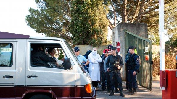 Подозрителен пакет затвори парижко училище