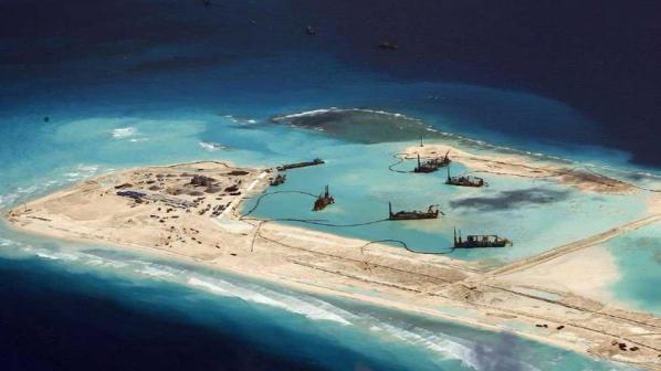 """Китай строи """"Великата пясъчна стена"""" върху живи коралови рифове"""