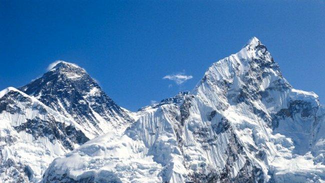 Еверест се снижи
