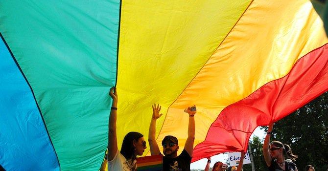 Десетки се обявиха срещу хомофобията пред Съдебната палата (видео)