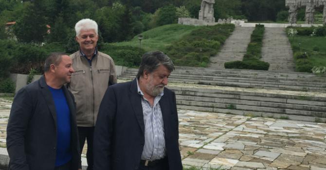 Рашидов огледа паметника на Христо Ботев, бил непокътнат