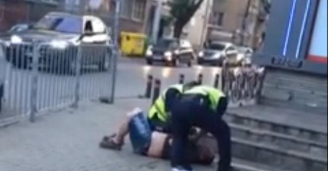 Брутално полицейско насилие при арест взриви мрежата (видео)