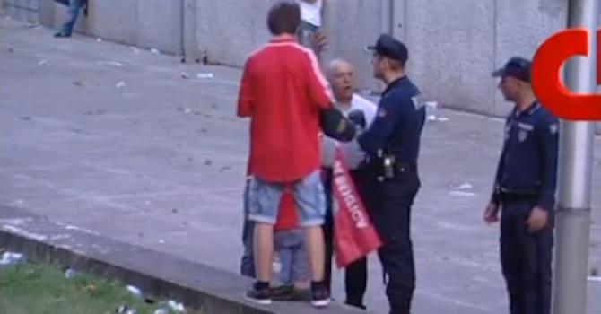 Полицай пребива с палка футболен фен пред очите на сина му (видео 18+)
