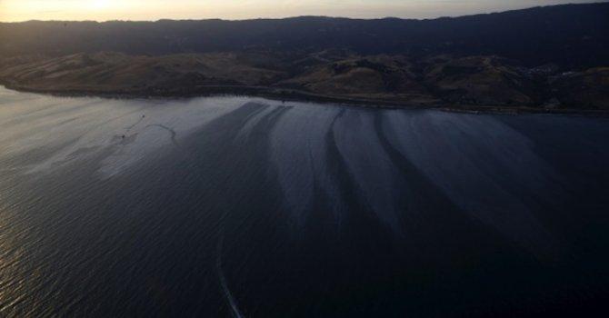 Тръбопровод разля 80 000 литра петрол край Калифорния (видео)