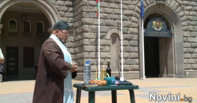 Отец Гелеменов гони злите сили от Министерски съвет (видео)